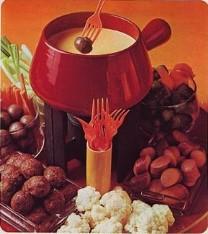 vintage fondue setting tafereel